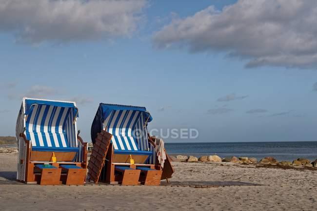 Vista panorámica de dos sillas de playa en la playa, Rettin, Schleswig-Holstein, Alemania - foto de stock