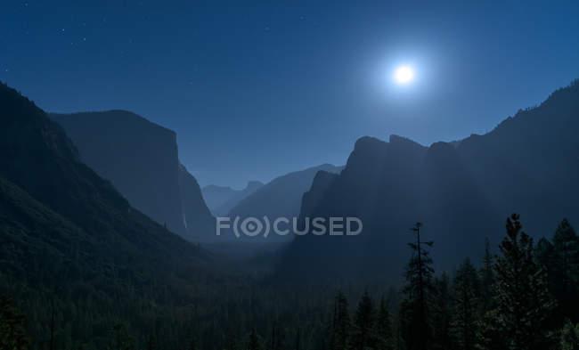 Vue panoramique de la lune sur la vallée, vue sur le tunnel, Californie, États-Unis — Photo de stock