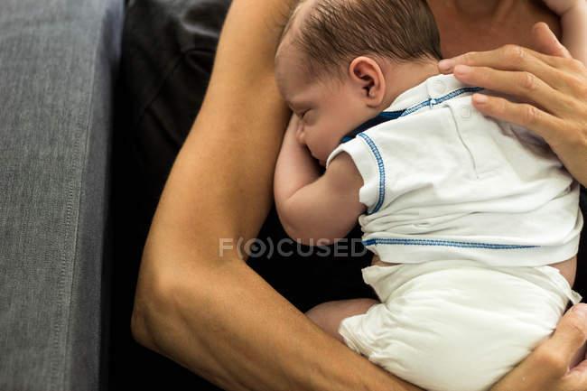 Крупным планом зрения матери Холдинг новорожденного мальчика — стоковое фото