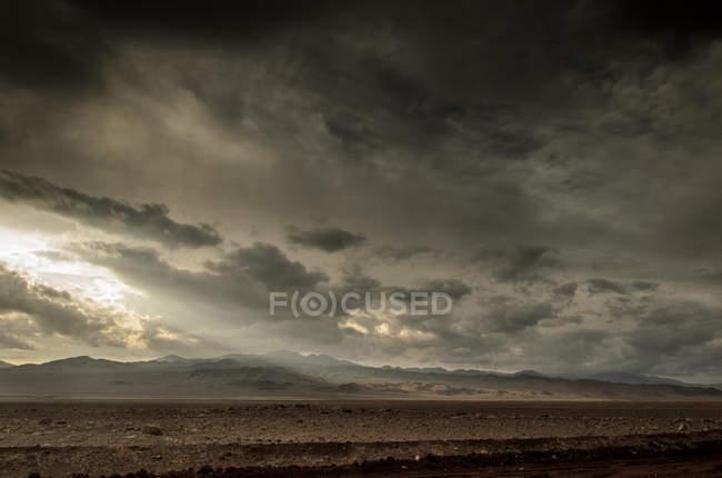 Drammatico cielo sopra il deserto di Atacama vicino a Calama City, Cile — Foto stock