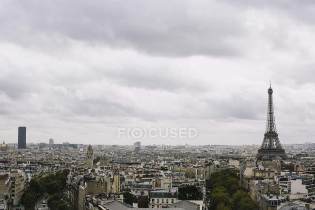 Vue panoramique sur l'horizon avec la Tour Eiffel, Paris, France — Photo de stock