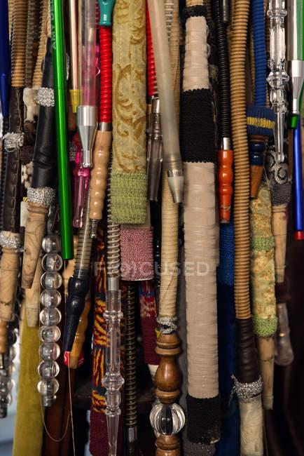 Nahaufnahme des türkischen Wasserpfeifen hängen im Markt — Stockfoto