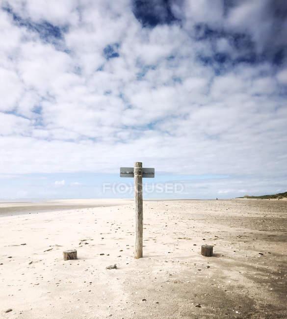 Vista panorámica de cartel en la playa, filamento de Maasvlakte, Holanda - foto de stock