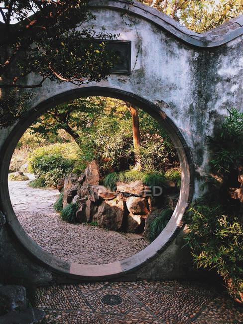 Chine, Jiangsu, Suzhou, Belle entrée circulaire qui mène plus loin dans le jardin majestueux de Suzhou — Photo de stock