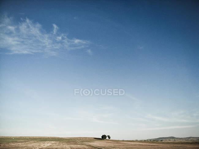 Malerische Aussicht auf isolierte Landschaft unter blauem Himmel — Stockfoto