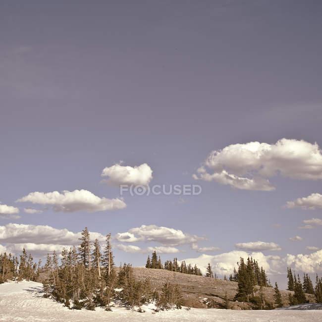 Мальовничий вид на хмари над пагорбами — стокове фото