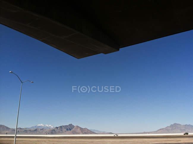 Vista panorámica de montañas bajo cielo claro - foto de stock