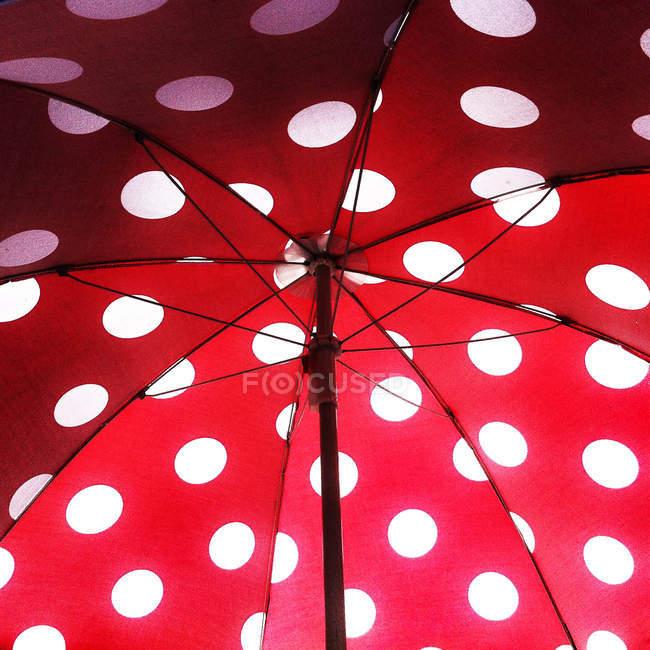 Bajo abre puntos de ingenio blanco paraguas rojo - foto de stock