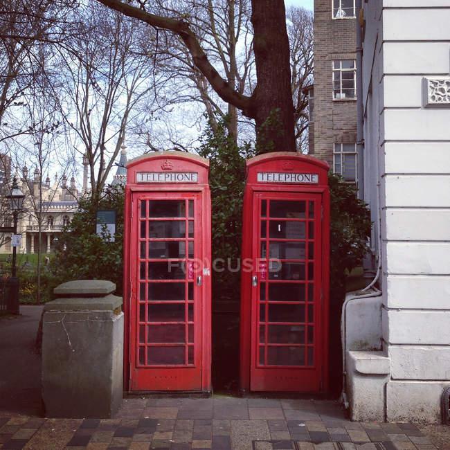 Мальовничий вид на червоні телефон коробки, Лондон, Великобританія — стокове фото