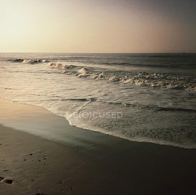 Vue panoramique sur le majestueux paysage marin au lever du soleil — Photo de stock