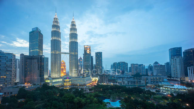Vista panorámica de las Torres Petronas y el horizonte, Kuala Lumpur, Malasia - foto de stock