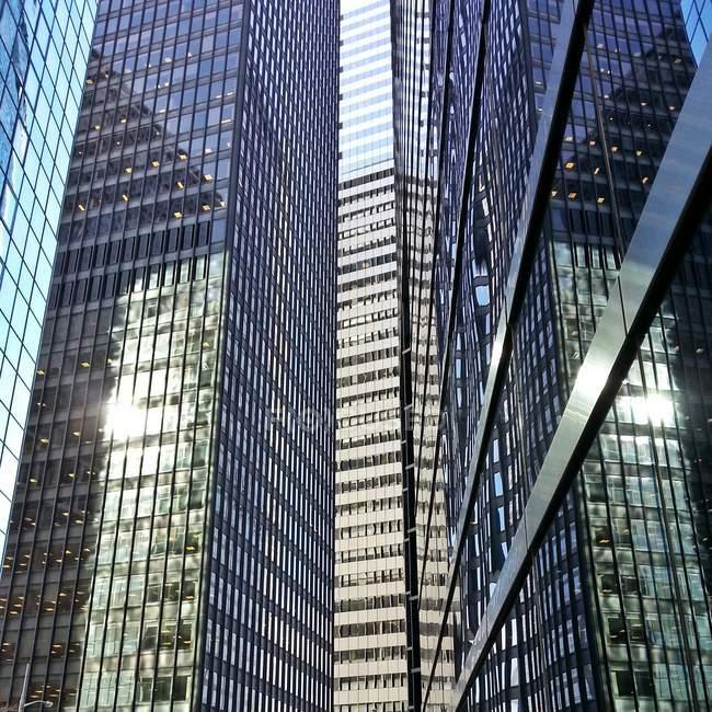Vista panorámica de edificios de oficinas en el distrito financiero, Manhattan, Nueva York, Estados Unidos - foto de stock