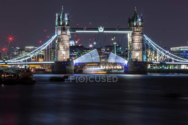 Мальовничим видом Tower Bridge вночі відкриття з човен Вітрильна нижче, Лондон, Великобританія — стокове фото