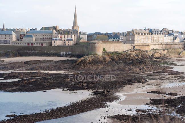 Ville fortifiée vue de la plage, Saint Malo, France — Photo de stock
