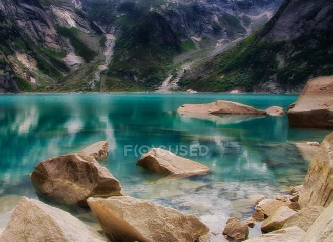 Vue panoramique sur le majestueux lac Gelmer, Suisse — Photo de stock