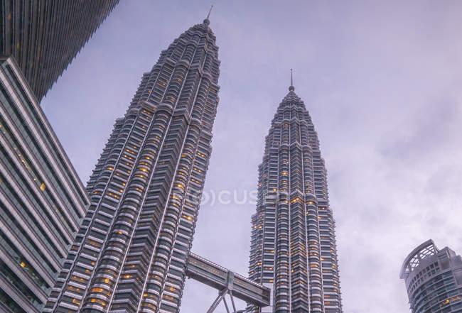 Vista panorámica de las Torres Petronas, Kuala Lumpur, Malasia - foto de stock
