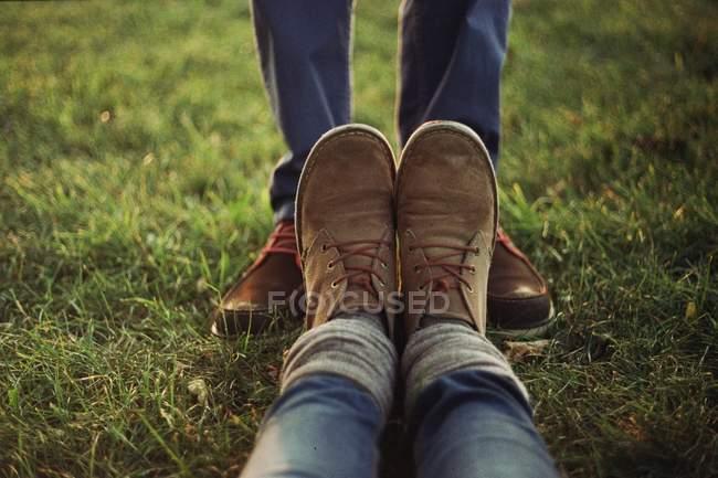 Seção de baixa de sapatos de homem e mulher — Fotografia de Stock