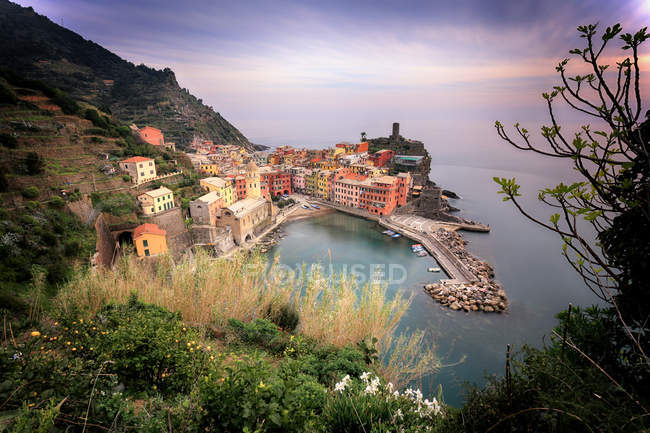 Elevated view of seaside village at sunset, Vernazza, Liguria, Italy — Stock Photo