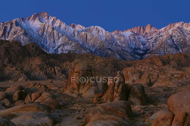 Живописный вид величественных alpenglow на Восточной Сьерра Невада, Калифорния, США — стоковое фото