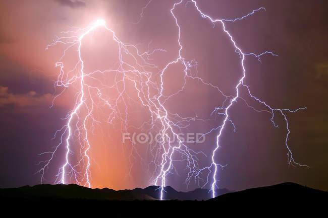 Vue panoramique de majestueux orage puissant — Photo de stock
