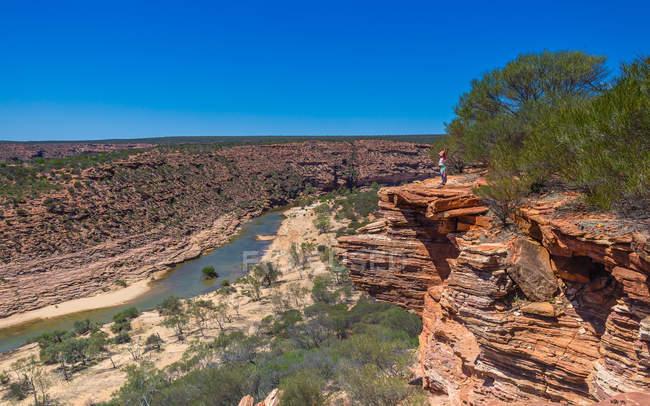 Chica mirando a la vista, Murchison Gorge, Parque Nacional Kalbarri, Australia Occidental, Australia - foto de stock