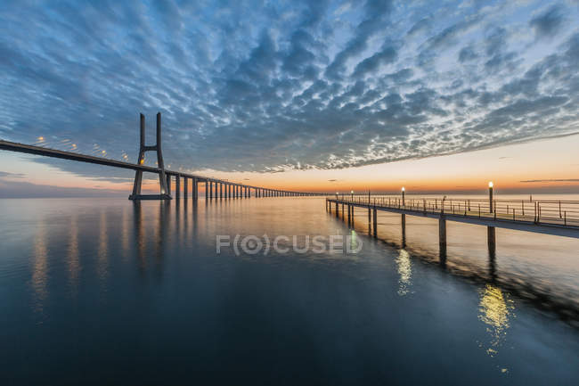 Pont Vasco da Gama et jetée à l'aube, Lisbonne, Portugal — Photo de stock