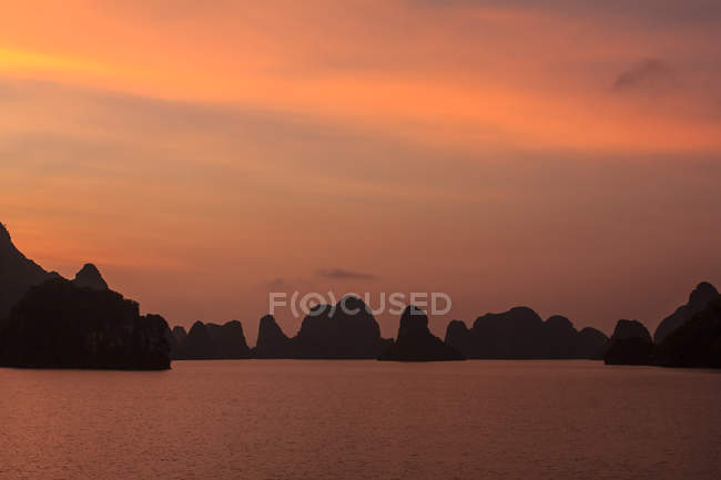 Scenic view of sunset at Halong Bay, Vietnam — Stock Photo