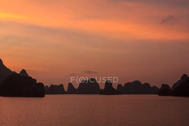 Мальовничий вид на захід сонця в затоку Халонг, В'єтнам — стокове фото