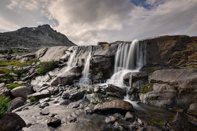 Wasserfall im oberen Washakie Creek, Bridger-Teton National Forest, Wyoming, Usa — Stockfoto