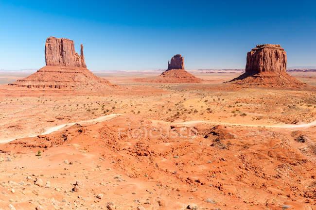 Мальовничий вид на скельних утворень у пустелі, Долина монументів, штат Арізона, Америка, США — стокове фото
