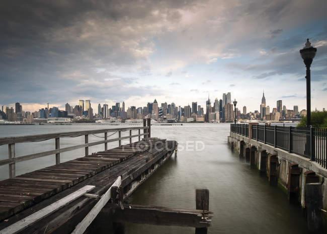 Vista panorámica del horizonte de Manhattan vista desde el muelle en Weehawken, Nueva York, Estados Unidos - foto de stock