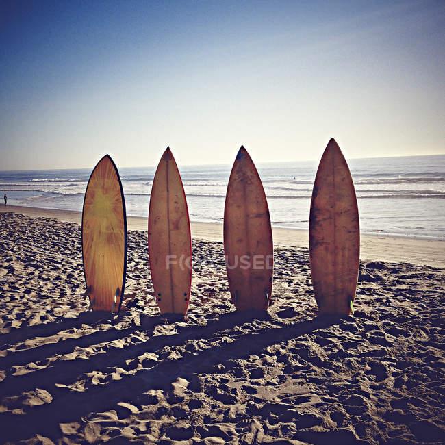 États-Unis, Californie, Playa del Rey, Planche de surf sur plage de sable — Photo de stock