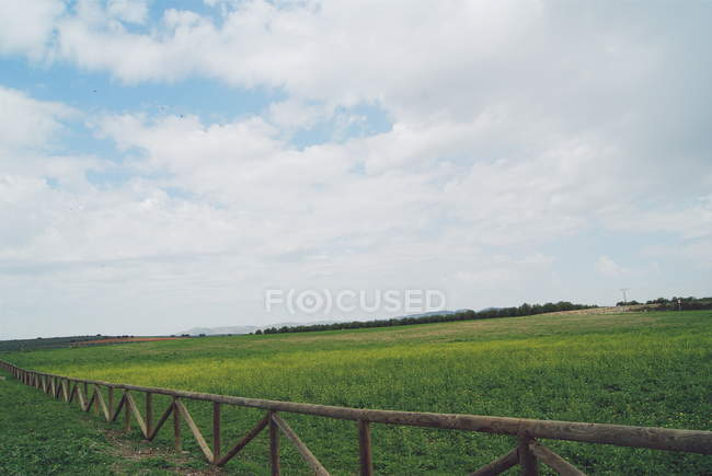 Vista panorâmica de cerca de madeira e campo vazio, Málaga, Andaluzia, Espanha — Fotografia de Stock