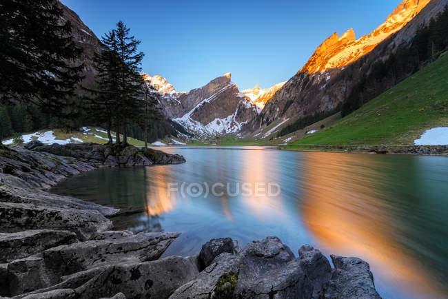 Vista panoramica sul bellissimo lago Seealpsee, Svizzera — Foto stock