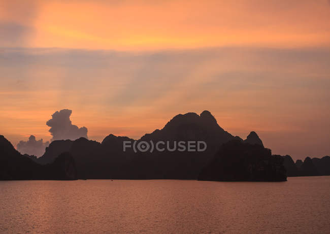 Scenic view of sunrays at sunset, Halong Bay, Vietnam — Stock Photo