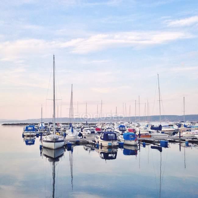 Barcos en el puerto deportivo, Royken, Noruega - foto de stock