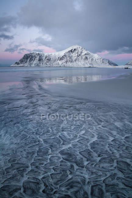 Belle vue sur la plage de sable fin en hiver, Flakstad, Lofoten Islands, Norvège — Photo de stock