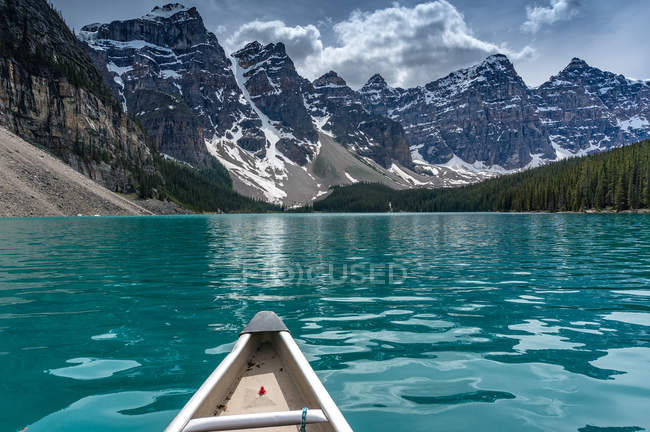 Canoeing towards the Valley of Ten Peaks on Moraine Lake, Canadian Rockies, Banff National Park, Alberta, Canada — Stock Photo