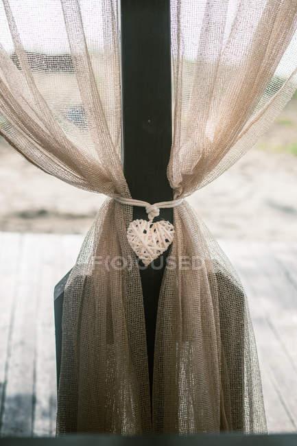 Cuore amore vimini su tende all'aperto — Foto stock