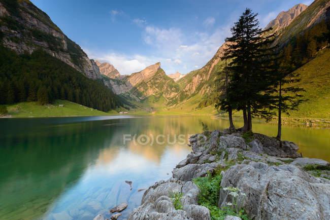 Живописный вид на красивые озера Seealpsee, Швейцария — стоковое фото