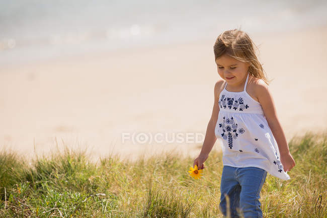 Australia, New South Wales, Pittwater, Palm Beach, Girl on beach — Stock Photo