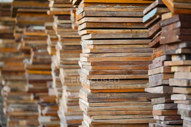 Vue rapprochée des empilements de planches de bois — Photo de stock