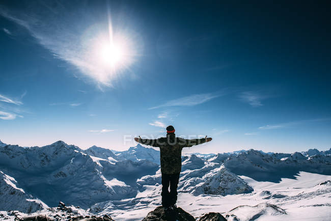 Man standing on Mount Elbrus with arms outstretched, Russia — Stock Photo