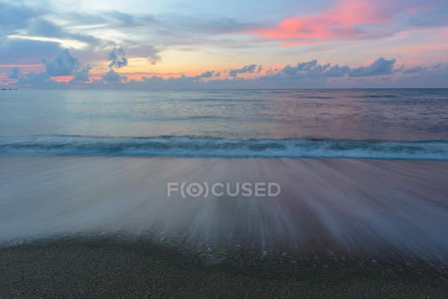 Vue panoramique sur la plage au lever du soleil, Thaïlande — Photo de stock