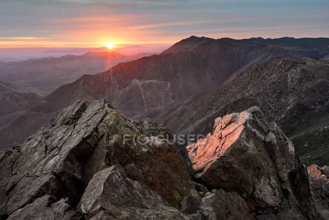 Cumbre del Pico de Granate al amanecer, Cleveland National Forest, California, EE.UU. - foto de stock