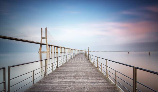 Tramonto al ponte Vasco da Gama, Lisbona, Portogallo — Foto stock