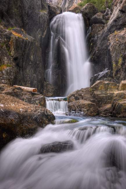 Живописный вид тени Creek Falls, Иньо Национальный лес, Калифорния, США — стоковое фото