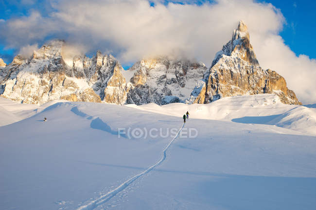 Distant view of two skiers, Dolomites, Italy — Stock Photo