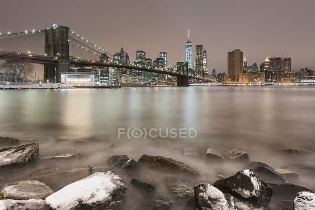 Vista panorámica del Puente de Brooklyn y Manhattan, Nueva York, EE.UU. - foto de stock