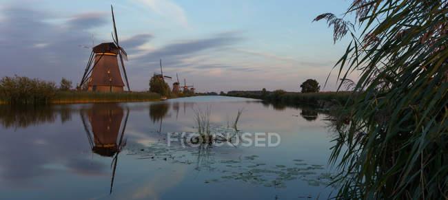 Traditionellen Windmühlen bei Sonnenuntergang, Kinderdisk, Niederlande — Stockfoto